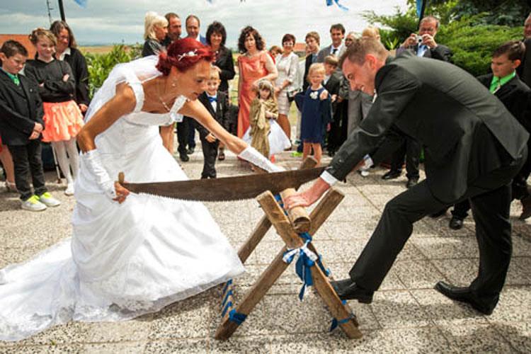 Hochzeit Holz saegen